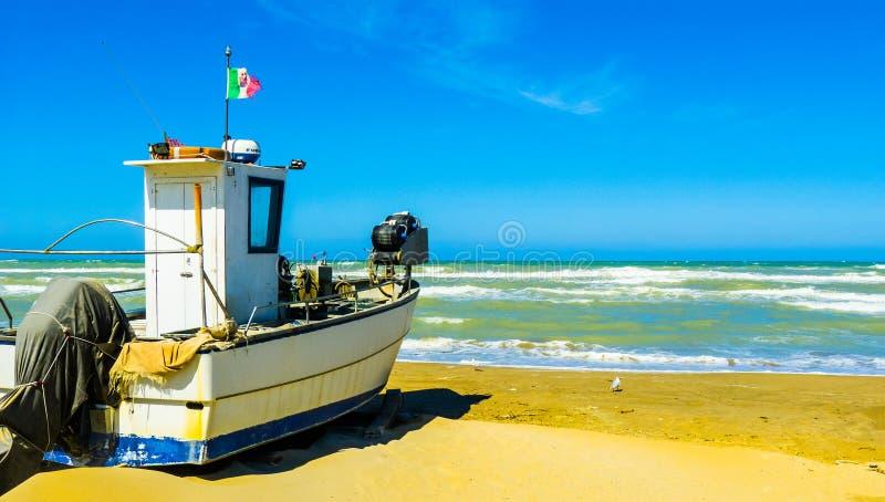 """由在风暴,佩斯卡拉,阿布鲁佐地区,意大利的海â€的渔船""""照片 免版税库存照片"""
