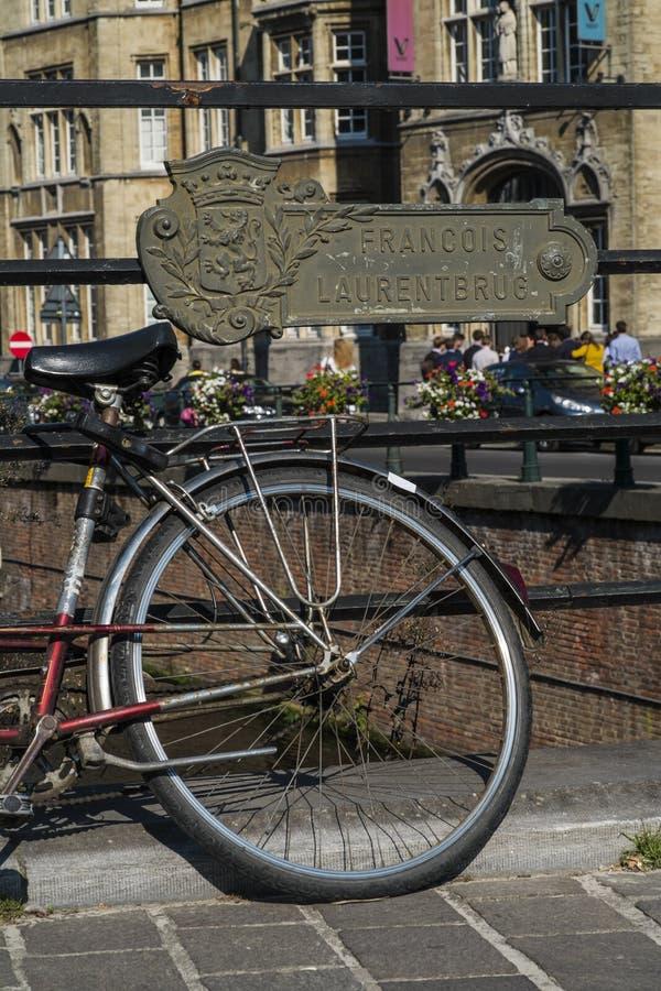 由在绅士,比利时的一条运河骑自行车 免版税库存照片