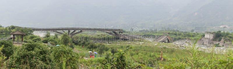 由地震的残破的桥址 库存照片