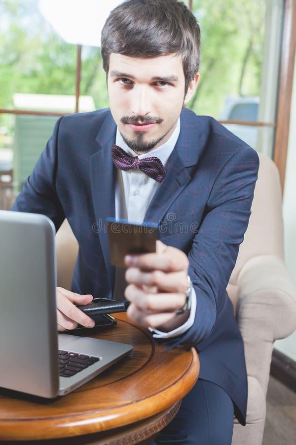 由塑料卡片的网上付款通过互联网银行业务 图库摄影