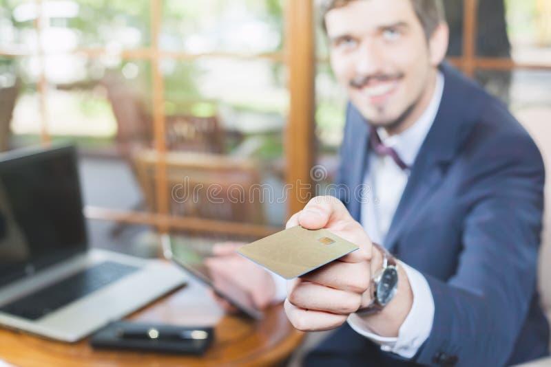 由塑料卡片的网上付款通过互联网银行业务 库存照片