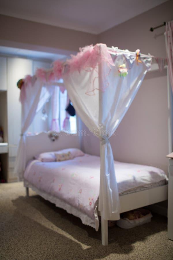 由墙壁的四个岗位床在卧室 图库摄影