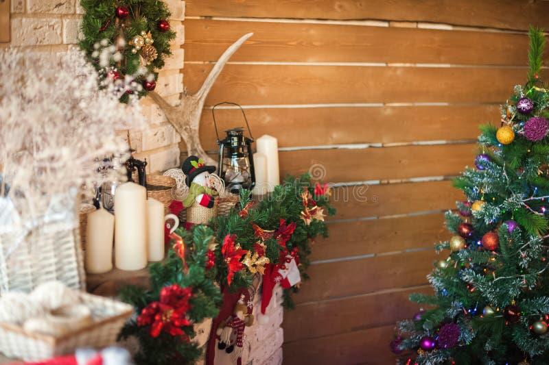 由壁炉的圣诞树 在圣诞节下的斯堪的纳维亚卧室内部 土气织地不很细木床 库存照片