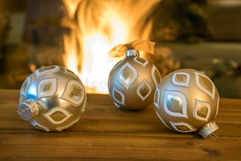 由壁炉的圣诞节装饰品 库存图片