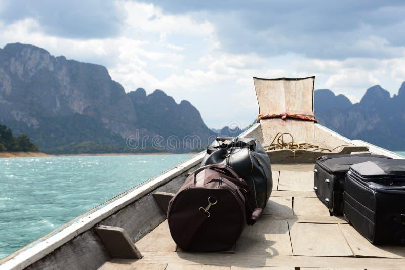 由大海和蓝色山的小船周围 库存图片