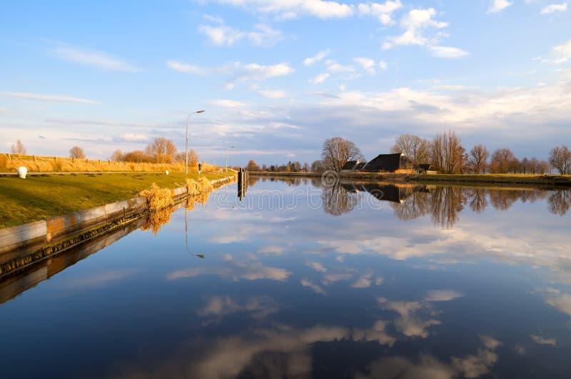 由宽河的荷兰农舍 库存图片