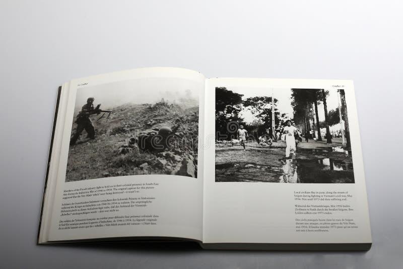 由尼克Yapp所著的摄影书,法国步兵在印度支那打仗 免版税图库摄影