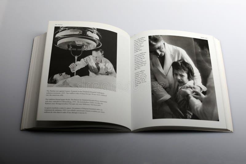 由尼克Yapp,免受小儿麻痹症wth疫苗保护的学童所著的摄影书 库存照片