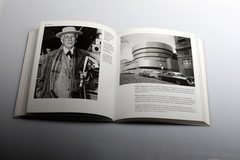 由尼克Yapp,弗兰克・劳埃德・赖特美国建筑师所著的摄影书和古根海姆美术馆在纽约 免版税库存图片