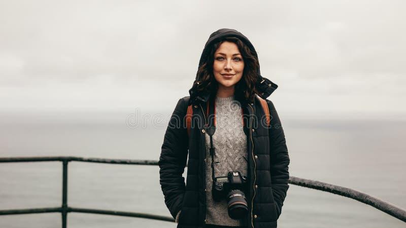 由山坡栏杆的女性游人 免版税库存图片