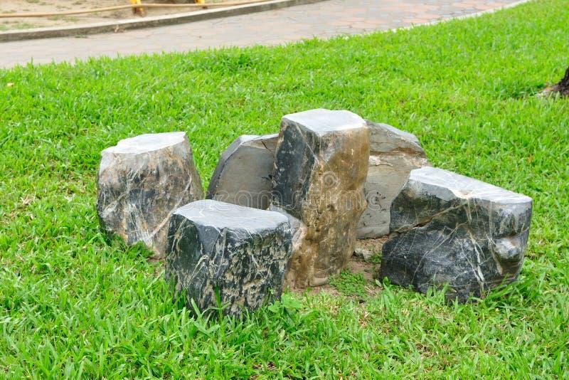 由岩石和椅子被设置做的表。 免版税库存图片