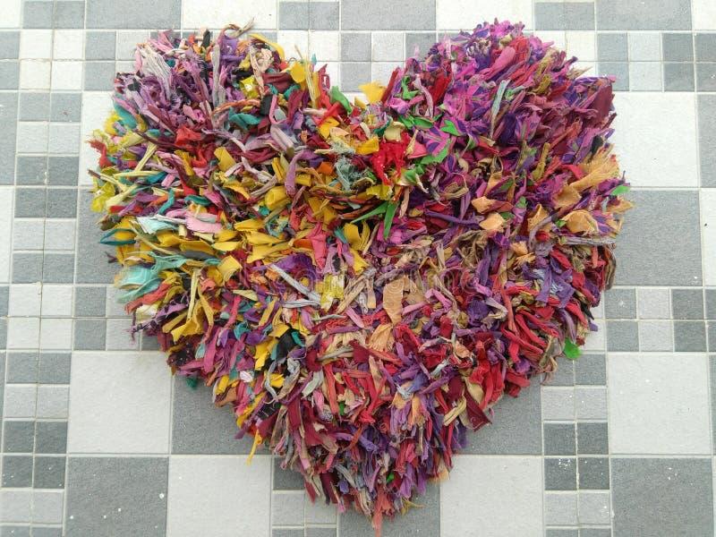 由废衣裳的手工制造五颜六色的心脏 免版税库存图片