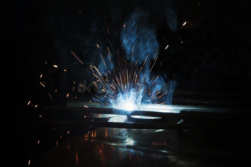 由手工焊接的过程 泼溅物和烟 库存照片