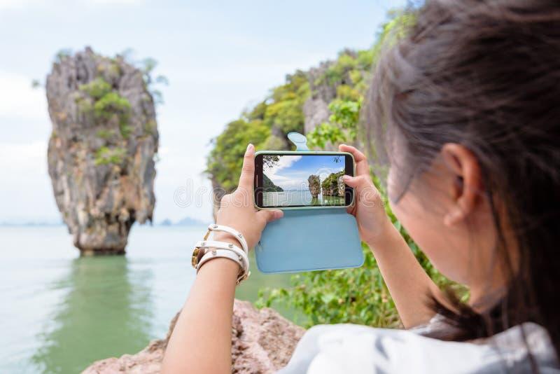 由手机的妇女旅游射击自然视图 图库摄影