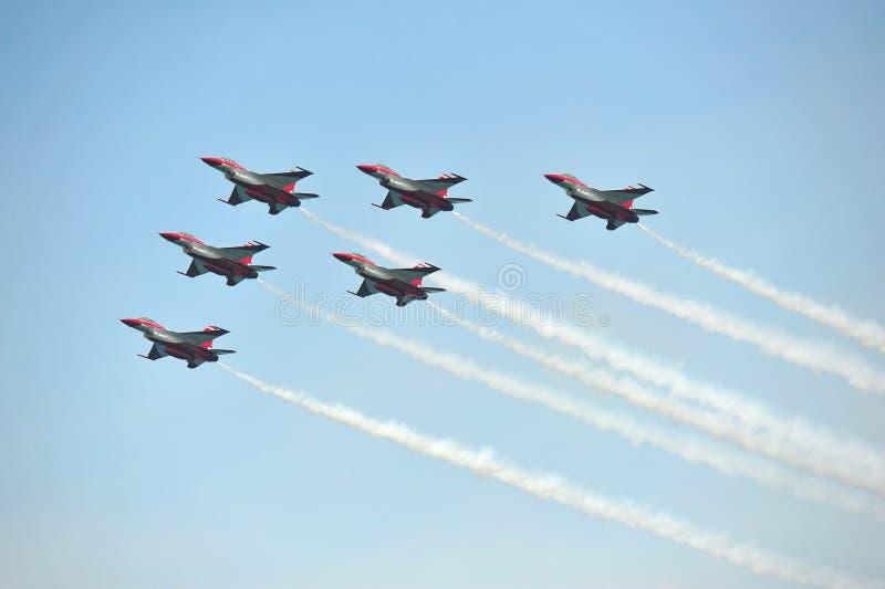 由新加坡空军队(RSAF)黑骑士共和国的特技飞行显示在新加坡Airshow 免版税库存图片