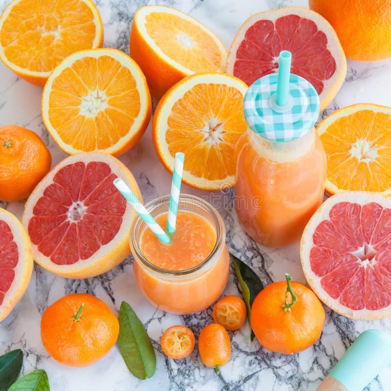 由新鲜的柑橘水果做的汁液 免版税图库摄影