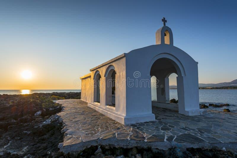 由日出的白色教会在克利特 库存照片