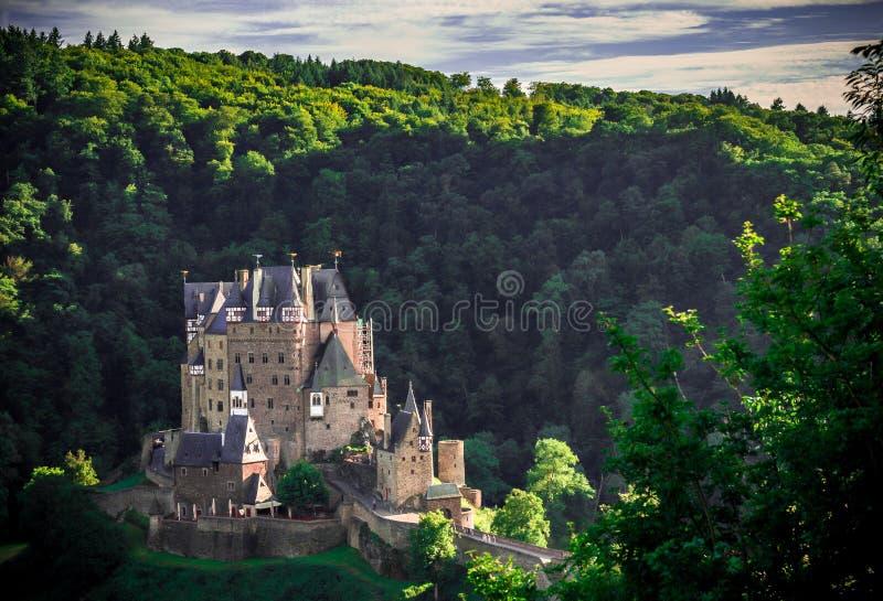 由日落的城堡Eltz 免版税库存照片