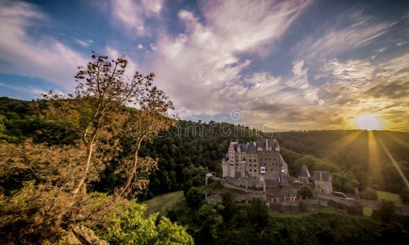 由日落的城堡Eltz 免版税图库摄影