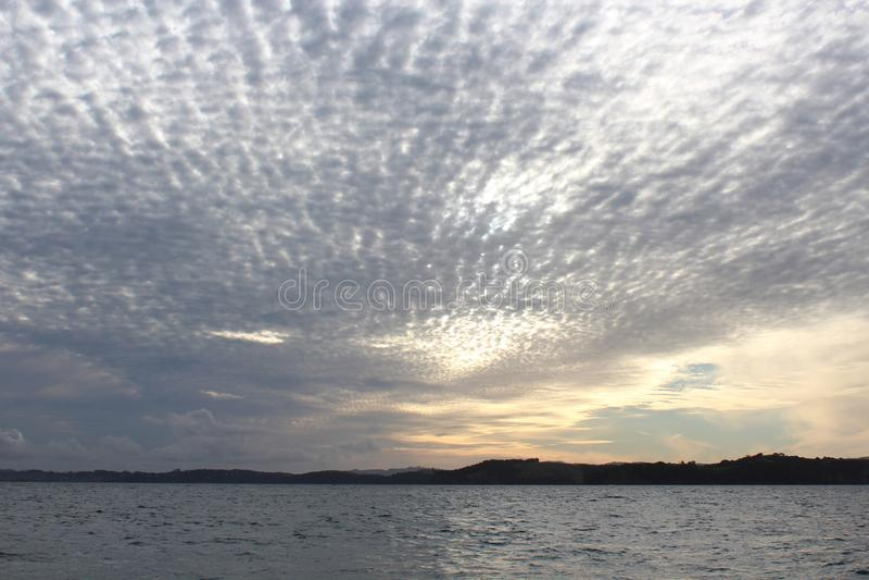 由早黄昏的疏散云彩光 免版税库存照片