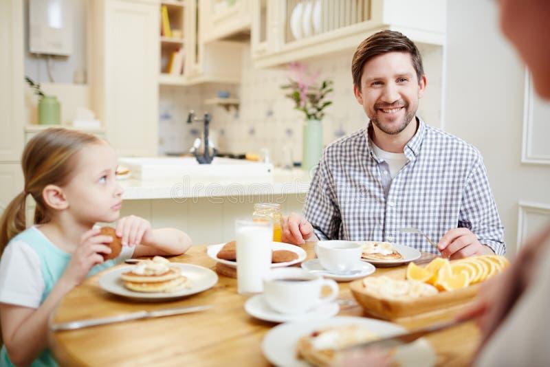 由晚餐的家庭 免版税库存照片