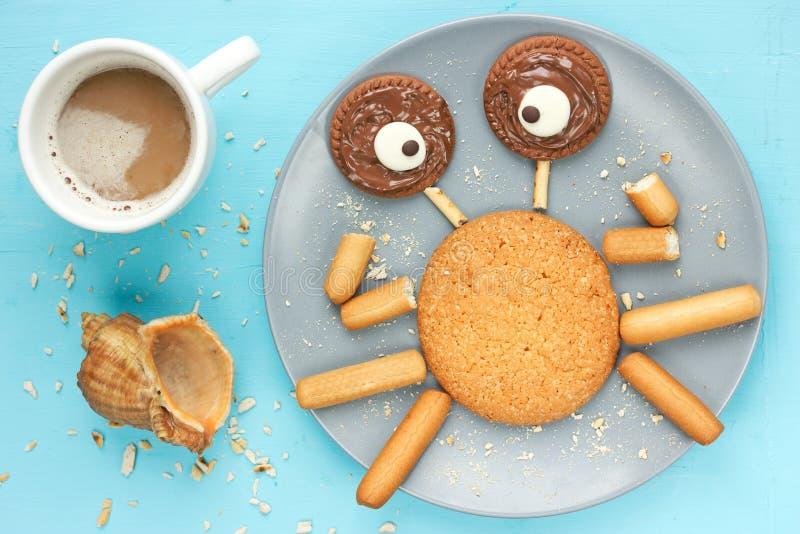 由曲奇饼和熔化巧克力做的滑稽的螃蟹 库存图片