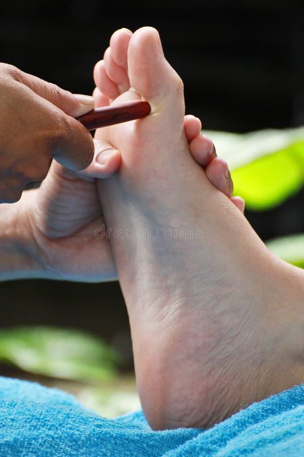 由木棍子的脚按摩 图库摄影