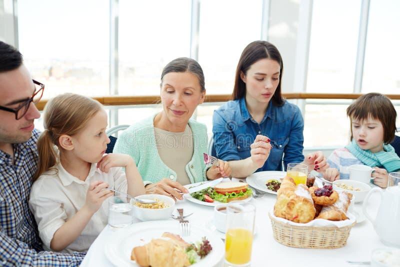 由桌的家庭 免版税图库摄影