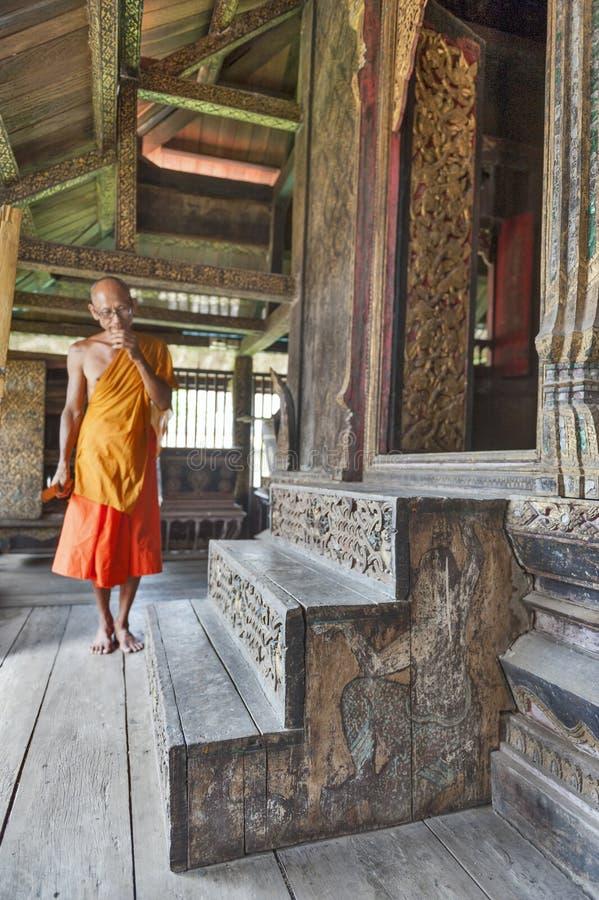 由梵语原稿被保留在Wat Mahathat寺庙的贮藏室, Yasothon,泰国决定的古老被雕刻的木台阶 库存照片