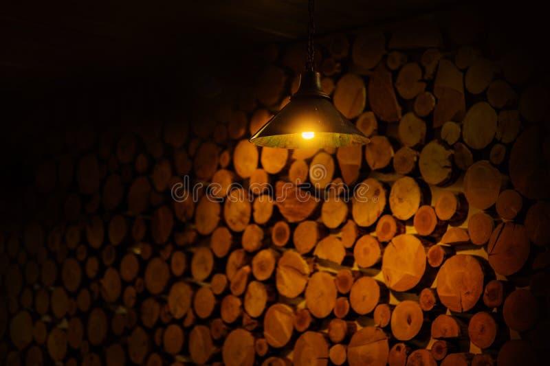 由棕色日志木头和灯做的大墙壁 免版税库存图片