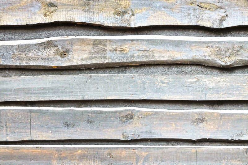 由概略的被重叠的杉木板做的自然谷仓排柱 免版税库存照片