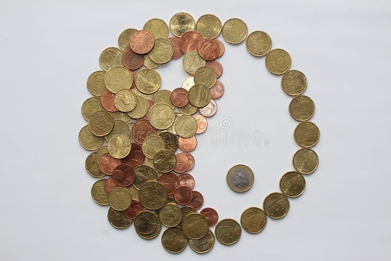 由欧洲硬币和杨做的尹 图库摄影