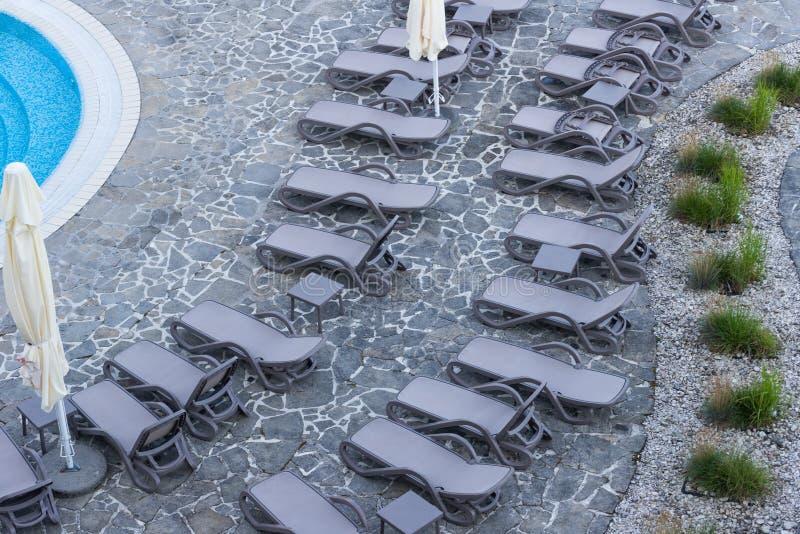 由水池的太阳懒人 免版税库存图片