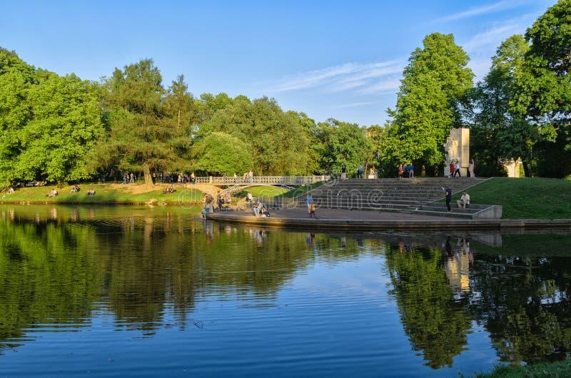 由池塘的一个温暖的晚上在Tavrichesky庭院里 图库摄影
