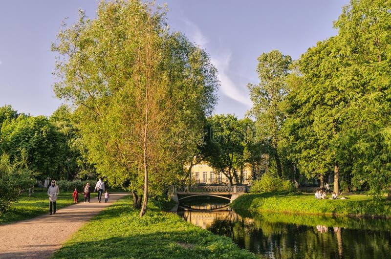 由池塘的一个温暖的晚上在Tavrichesky庭院里 免版税库存照片