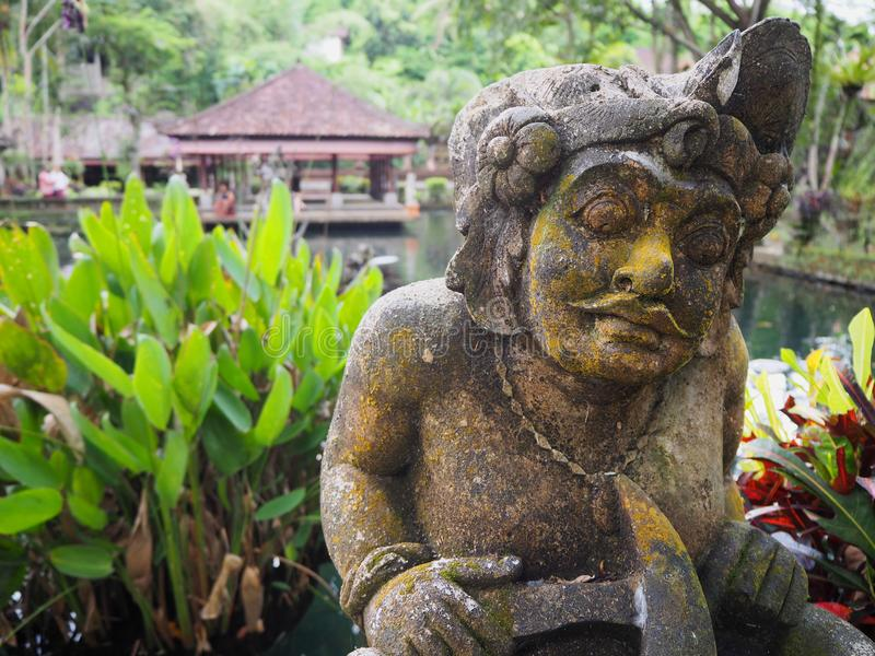由池塘的巴厘语雕象 库存图片