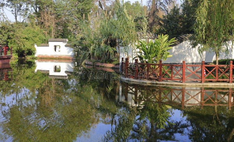 由池塘的白色墙壁在baihuatan公园,多孔黏土rgb 免版税库存图片