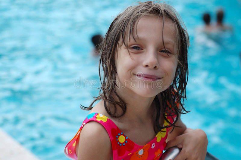 由池的逗人喜爱的女孩 免版税库存图片