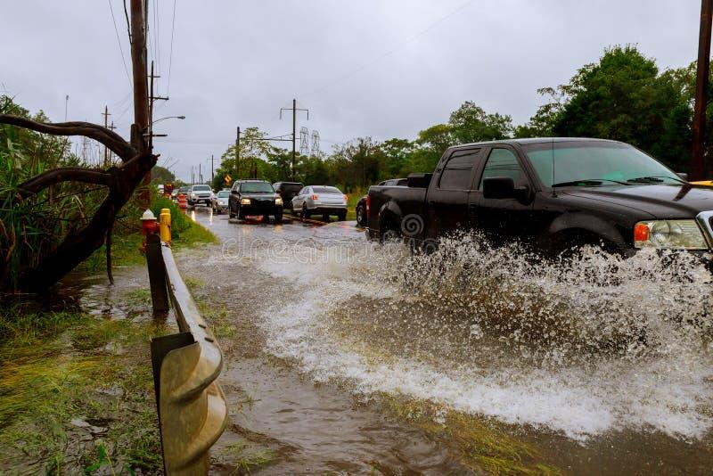 由汽车大雨的被充斥的饲养者街道飞溅从飓风哈维导致许多被充斥 免版税库存照片