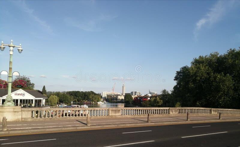 由河沿视图的桥梁 免版税库存照片