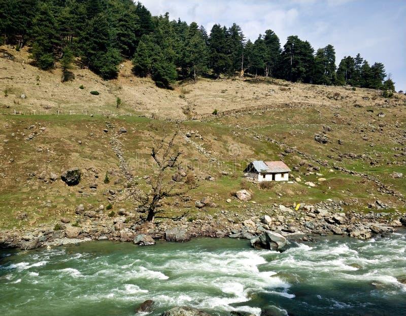 由河的一个孤立村庄 免版税库存图片