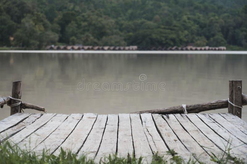 由河的一个老木码头 免版税库存图片