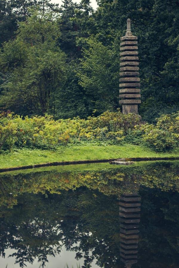 由河的塔,象征佛教寺庙在日本庭院里 免版税图库摄影