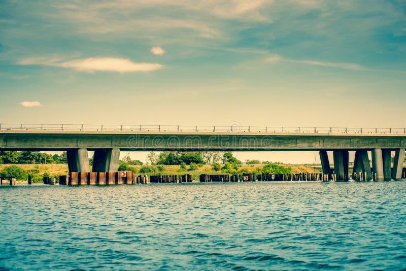 由河的桥梁 免版税库存照片