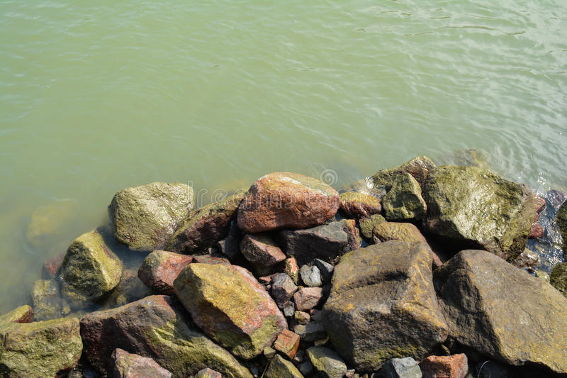 由河的石头 库存照片