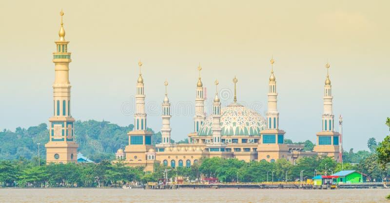 由河的美丽的清真寺 免版税图库摄影