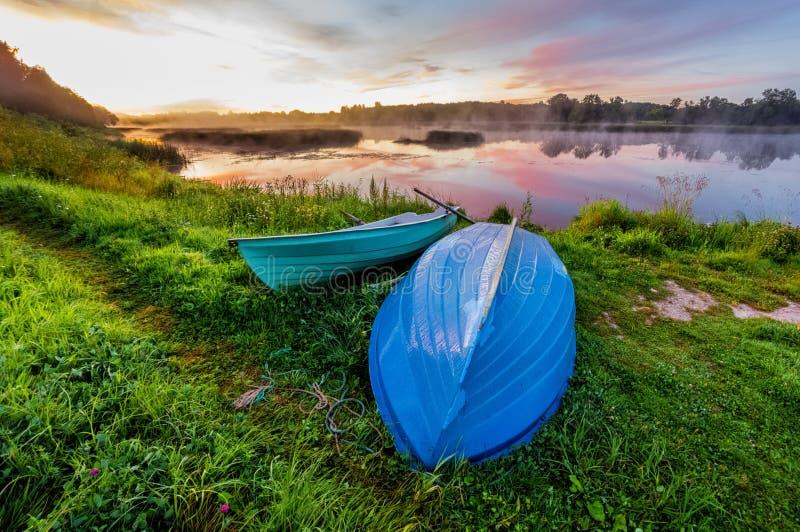 由河的美好的金黄日落 恋人在蟒蛇能乘坐 库存照片