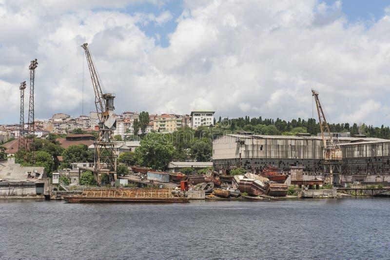 由河的遗弃造船厂在城市 免版税库存照片