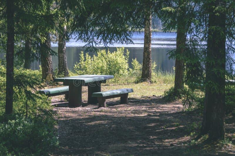 由河的野营的和休息区有长凳和壁炉的- 免版税图库摄影