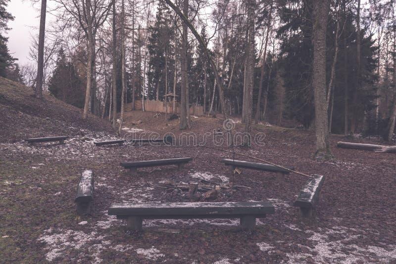 由河的野营的和休息区有长凳和壁炉的- 免版税库存照片